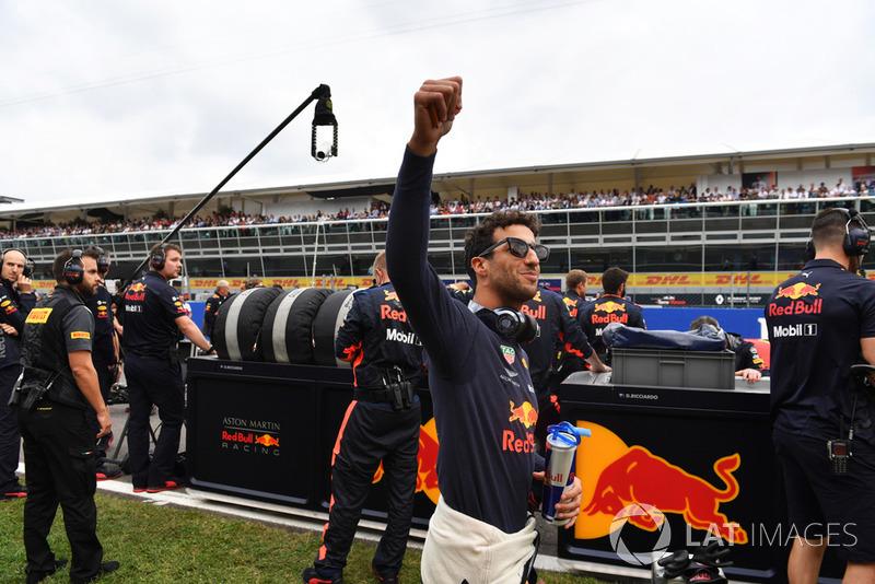 Daniel Ricciardo, Red Bull Racing saluda en la parrilla