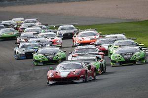 Ferrari 488 Luzich Racing di Daniel Serra e Marco Cioci in testa al gruppo