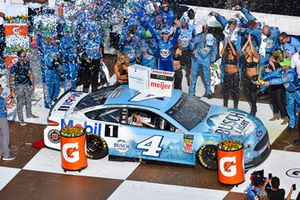 Race winner Kevin Harvick, Stewart-Haas Racing, Ford Fusion Busch Beer