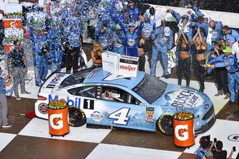 Победитель гонки Кевин Харвик, Stewart-Haas Racing, Ford Fusion Busch Beer