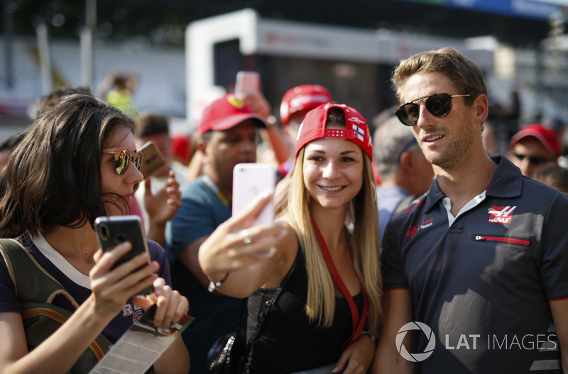 Romain Grosjean, Haas F1 Team, with fans