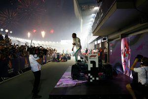 Il vincitore della gara Lewis Hamilton, Mercedes-AMG F1 W09 EQ Power+, festeggia nel parco chiuso