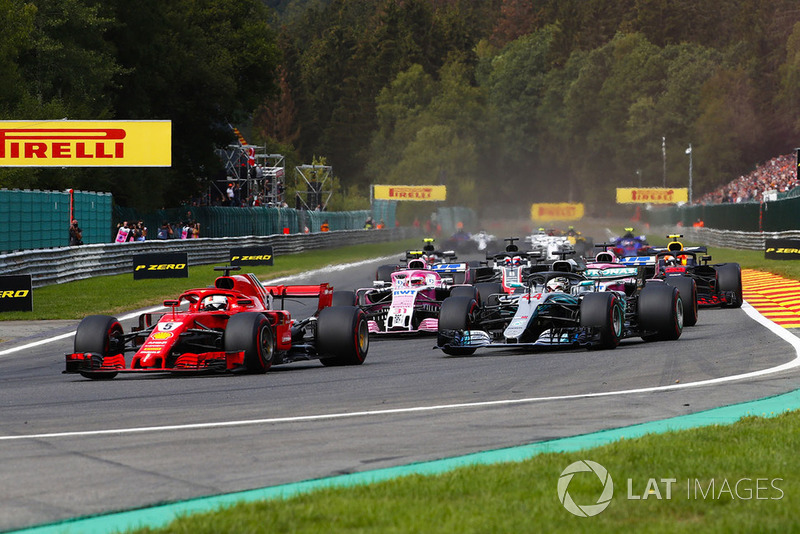 Sebastian Vettel, Ferrari SF71H, por delante de Lewis Hamilton, Mercedes AMG F1 W09, Esteban Ocon, Racing Point Force India VJM11, and Sergio Perez, Racing Point Force India VJM11, en la primera vuelta