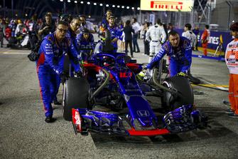 Pierre Gasly, Scuderia Toro Rosso STR13 on the grid