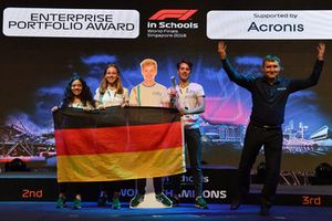 Chase Carey, Chief Executive Officer ed Executive Chairman del Formula One Group, ed Andrew Denford, F1 in Schoolsl'Enetrprise Portfolio Award