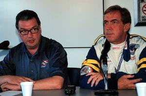 Andrew Craig, CART-Präsident, und Dr. Steve Olvey, CART-Rennarzt, geben den Tod von Gonzalo Rodriguez bekannt