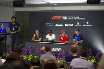 Matteo Bonciani, délégué médias de la FIA, Kevin Magnussen, Haas F1 Team, Lewis Hamilton, Mercedes AMG F1, Kimi Raikkonen, Ferrari et Brendon Hartley, Scuderia Toro Rosso lors de la conférence de presse