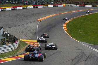 Marcus Ericsson, Sauber C37, leads Sergey Sirotkin, Williams FW41, Lance Stroll, Williams FW41, Daniel Ricciardo, Red Bull Racing RB14, and Brendon Hartley, Toro Rosso STR13