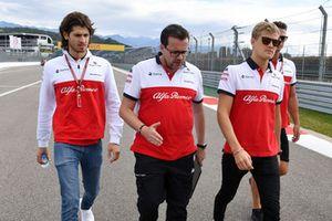 Marcus Ericsson, Sauber and Antonio Giovinazzi, Sauber parcourt la piste à pied