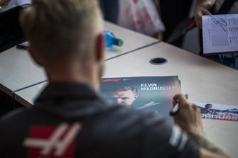 Kevin Magnussen, Haas F1 Team signe des autographes