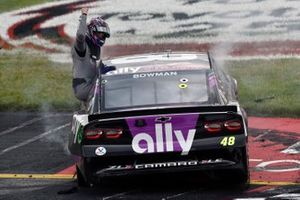 Ganador Alex Bowman, Hendrick Motorsports, Chevrolet Camaro Ally celebra