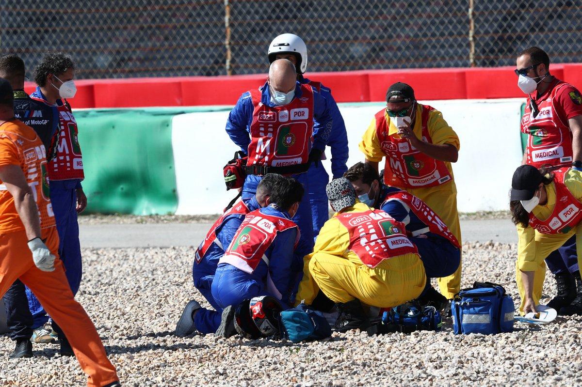 Comisarios y el equipo médico atienden a Jorge Martin, Pramac Racing tras su caída en Portimao