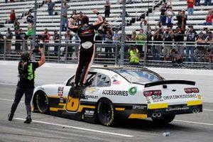 Josh Berry, JR Motorsports, Chevrolet Camaro Chevrolet Accessories célèbre sa victoire