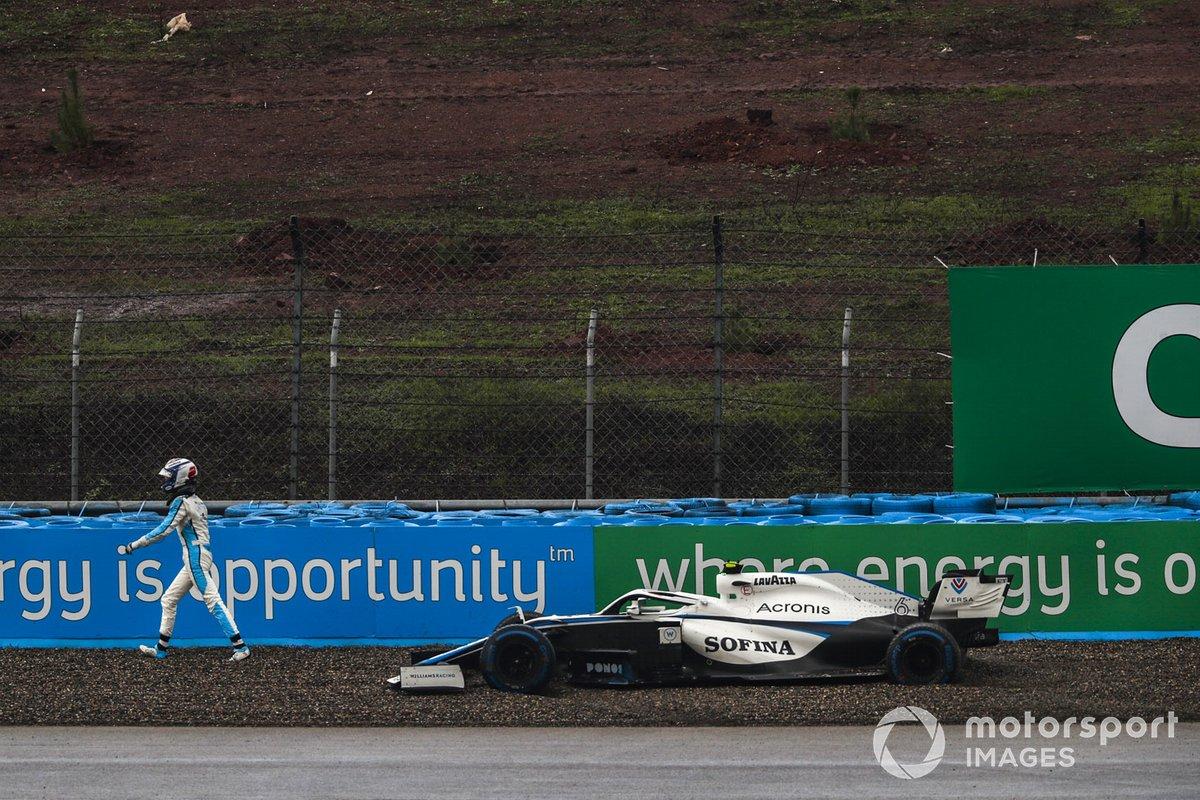 Nicholas Latifi, Williams Racing, se aleja de su coche después de quedar varado durante la calificación
