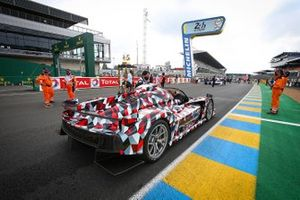 Alex Wurz et Hisatake Murata en Toyota GR Super Sport avec le Trophée des 24 Heures du Mans