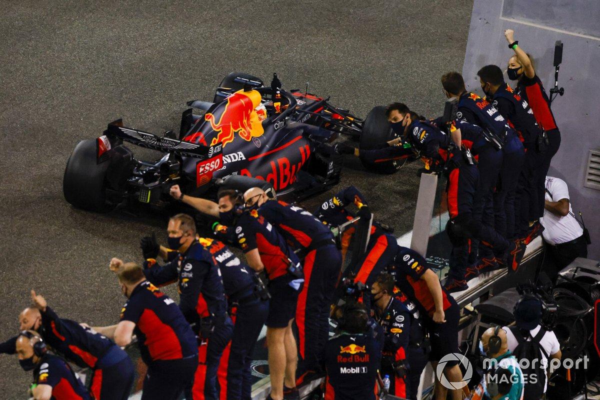 Max Verstappen, Red Bull Racing RB16, 1ª posición, se lleva la victoria