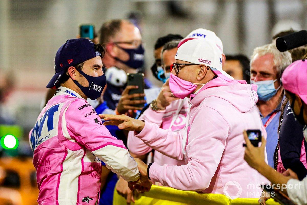 Ganador Sergio Pérez, Racing Point, celebra en el Parc Ferme con su equipo