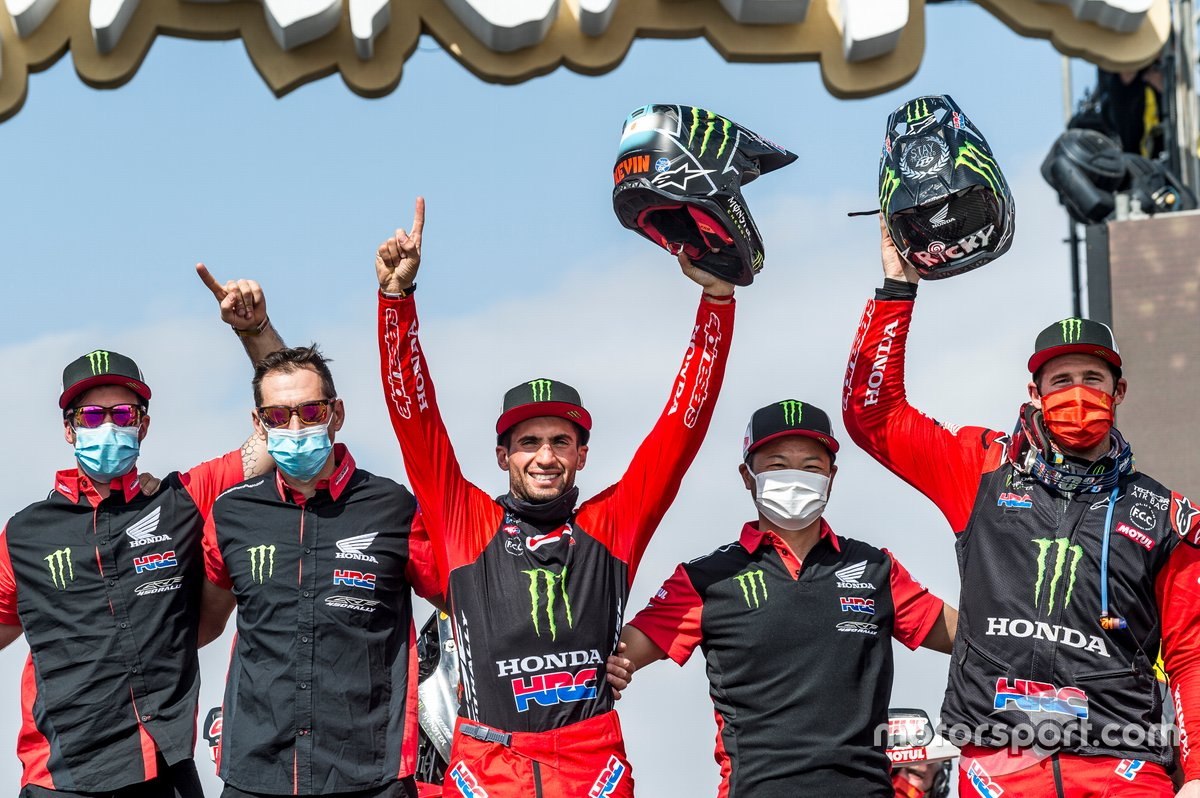 #47 Monster Energy Honda Team: Kevin Benavides e #1 Monster Energy Honda Team: Ricky Brabec festeggia con il team
