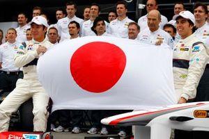 Kamui Kobayashi, Sauber C30 Ferrari, Sergio Perez, Sauber C30 Ferrari and team send a message to Japan