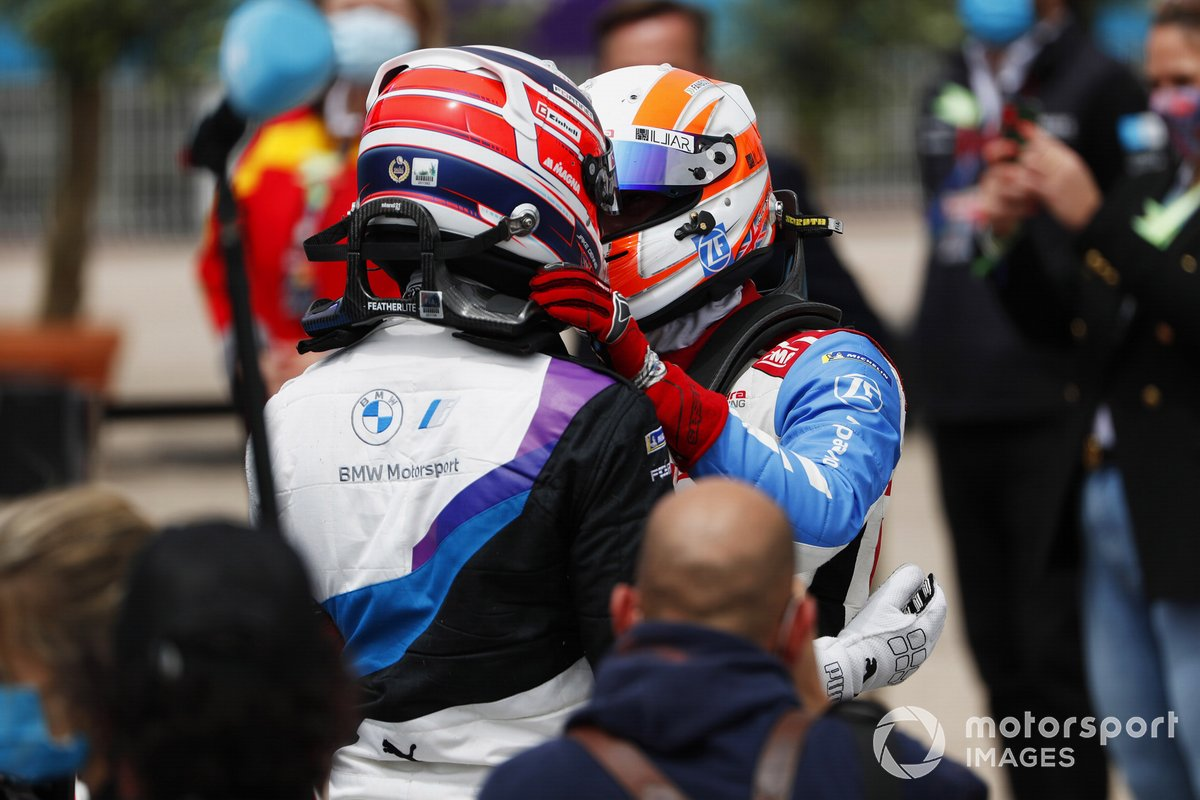 Ganador Jake Dennis, BMW i Andretti Motorsport, es felicitado por el tercer lugar Alex Lynn, Mahindra Racing