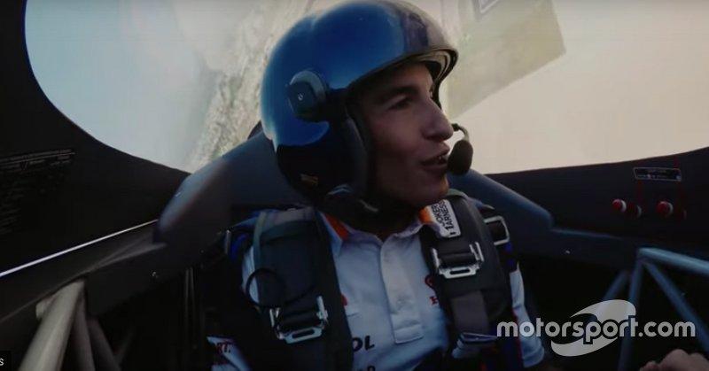 Marc Márquez vuela con una avioneta de la Red Bull Air Race con Juan Velarde