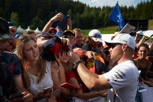 Valtteri Bottas, Mercedes AMG F1 signe un autographe pour un fan