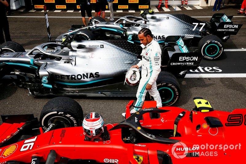 Lewis Hamilton, Mercedes AMG F1, revisa el Ferrari SF90 de Charles Leclerc en Parc Ferme