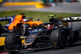 Kevin Magnussen, Haas F1 Team VF-19 leads Carlos Sainz Jr., McLaren MCL34