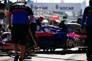 Alexander Albon, Toro Rosso STR14, is returned to the garage