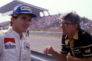 Ayrton Senna, Toleman ve Lotus Takım Menajeri Peter Warr, gelecek sezon için Lotus anlaşmasını açıkladıktan sonra