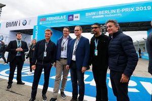Nico Rosberg con Alejandro Agag, CEO, Fórmula E, otros VIPs