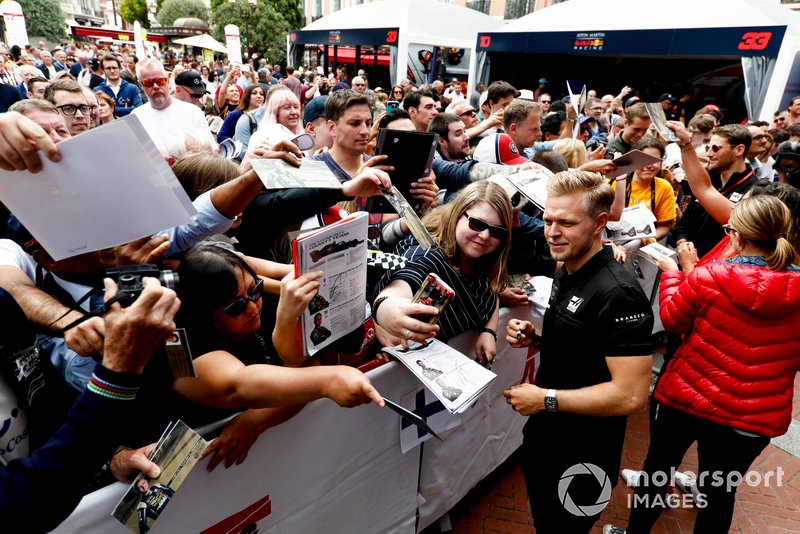 Kevin Magnussen, Haas F1 poses for a selfie with a fan