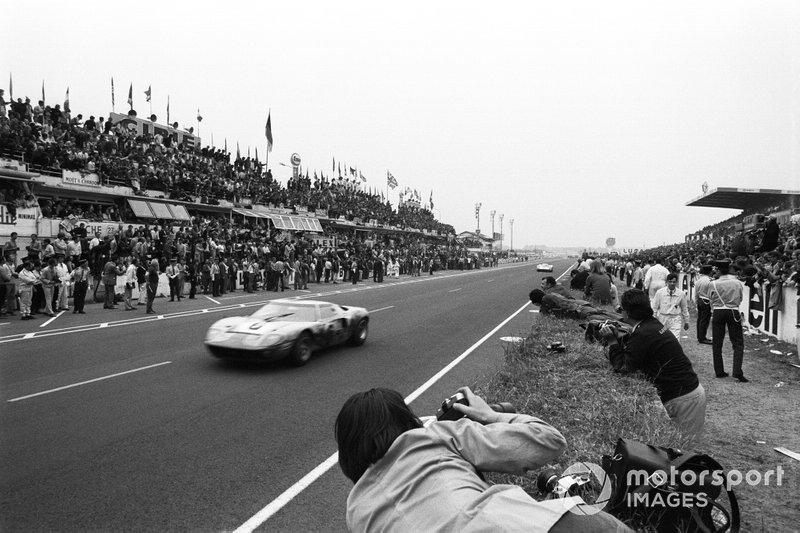 #6 John Wyer Automotive Engineering Ltd, Ford GT40: Jacky Ickx, Jackie Oliver