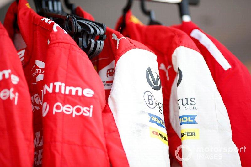 Seragam balap Mick Schumacher, Prema Racing dan Sean Gelael, Prema Racing