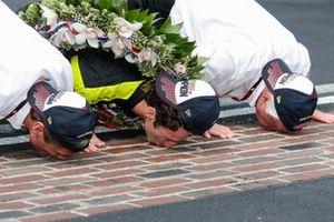 Simon Pagenaud, Team Penske Chevrolet embrasse les briques avec Roger Penske et Tim Cindric