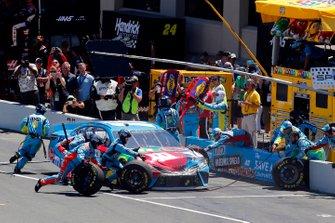 Kyle Busch, Joe Gibbs Racing, Toyota Camry M&M's Hazelnut pit stop