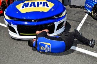 Chase Elliott, Hendrick Motorsports, Chevrolet Camaro NAPA AUTO PARTS crew member