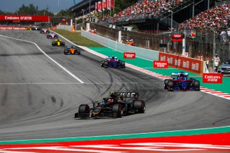 Kevin Magnussen, Haas F1 Team VF-19, devant Daniil Kvyat, Toro Rosso STR14, et Alexander Albon, Toro Rosso STR14