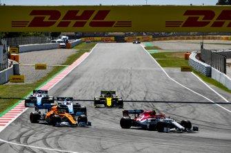 Antonio Giovinazzi, Alfa Romeo Racing C38, leads Lando Norris, McLaren MCL34, Robert Kubica, Williams FW42, Nico Hulkenberg, Renault R.S. 19, and George Russell, Williams Racing FW42
