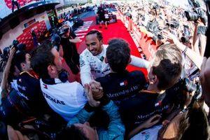 Le vainqueur Lewis Hamilton, Mercedes AMG F1 fête sa victoire avec son équipe dans le Parc Fermé