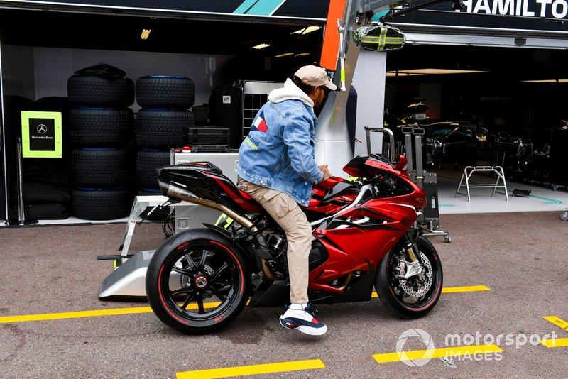 Lewis Hamilton, Mercedes AMG F1, arriva a bordo di una moto