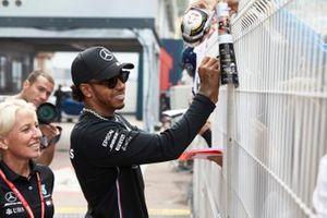 Lewis Hamilton, Mercedes AMG F1 firma un autografo ad un fan