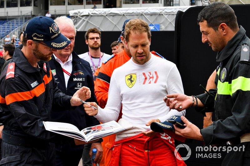 Sebastian Vettel, Ferrari, firma degli autografi ai marshal