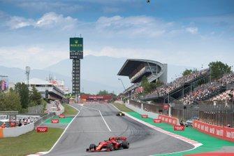 Шарль Леклер, Ferrari SF90, и Даниэль Риккардо, Renault F1 Team R.S.19
