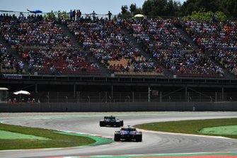 Kevin Magnussen, Haas F1 Team VF-19, devant Daniil Kvyat, Toro Rosso STR14