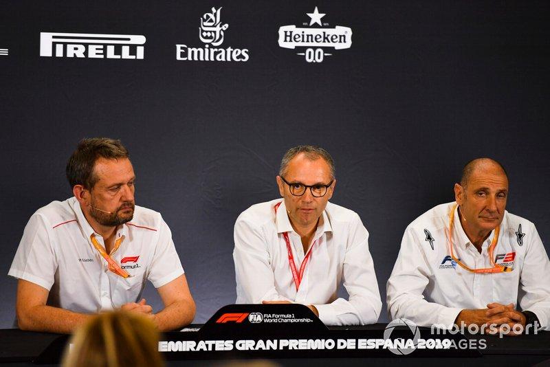 Steve Nielsen, Stefano Domenicali et Bruno Michel lors de la conférence de presse pour les nouveaux pneus de F2