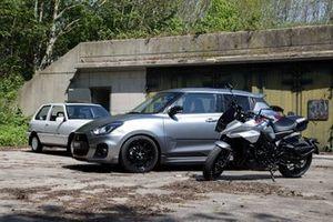 Katana vs. Katana met op de voorgrond de GSX-S1000S Katana, voor Suzuki Swift Sport Katana en de eerste Suzuki Swift