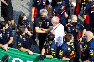 Yusuke Hasegawa, Senior Managing Officer, Honda, Helmut Marko, Consulente, Red Bull Racing, si unisce ai membri del team Red Bull per i festeggiamenti del podio