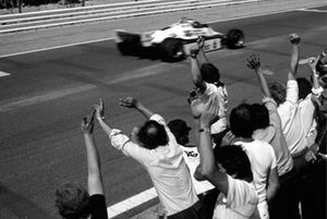 The Williams team celebrate Keke Rosberg, Williams FW08