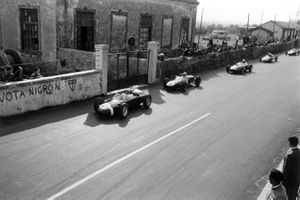 Stirling Moss, Porsche 718, Innes Ireland, Lotus 18-Climax, Wolfgang von Trips, Ferrari Dino 156, Olivier Gendebien, Cooper T51-Climax, and Jack Brabham, Cooper T43-Climax, en la horquilla después del comienzo